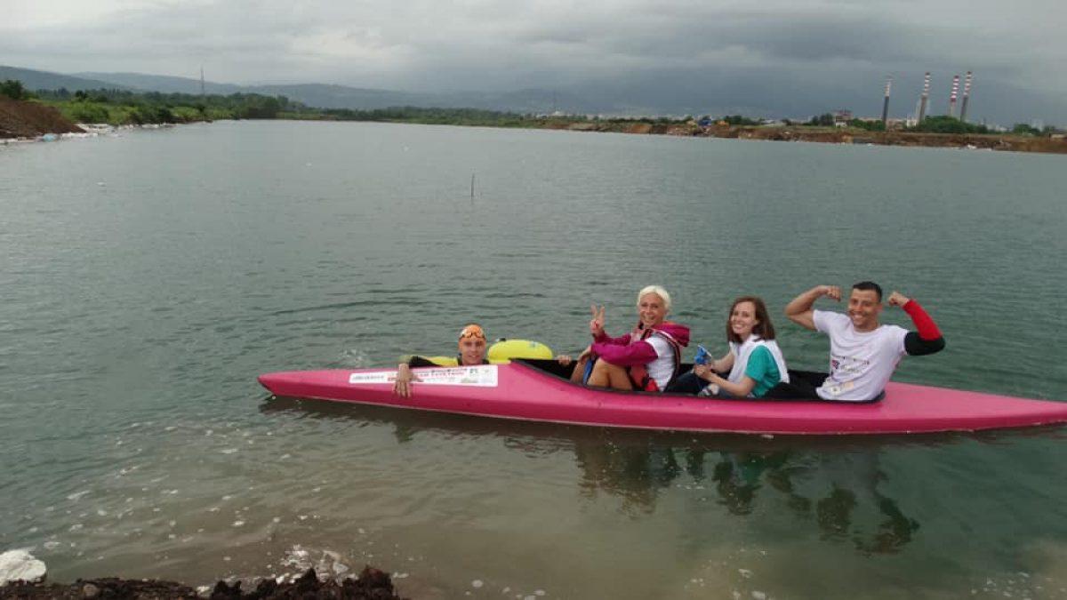 Доброволец преплува 26 езера в подкрепа на Фондация Една от 8!
